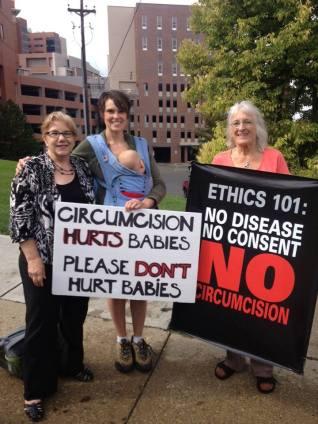 בתמונה: אמהות מפגינות נגד ברית מילה